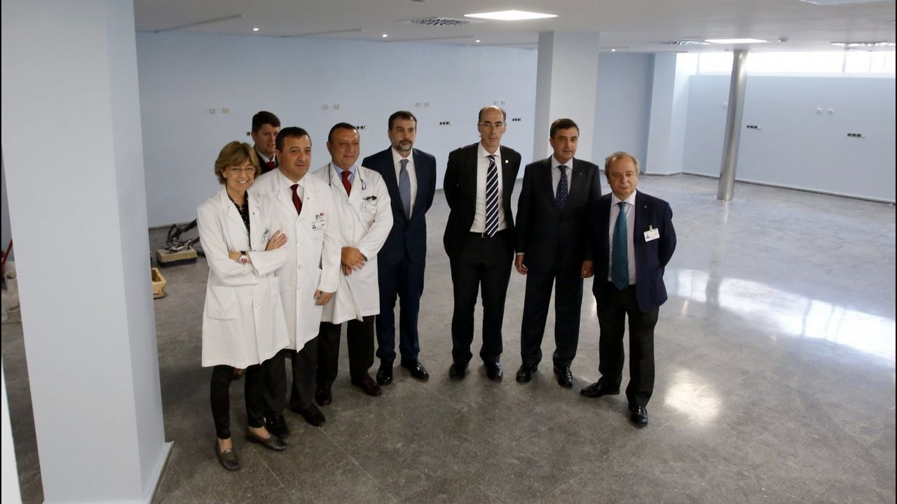Parte de los equipos de la Consellería de Sanidade y de Povisa, en una visita al hospital