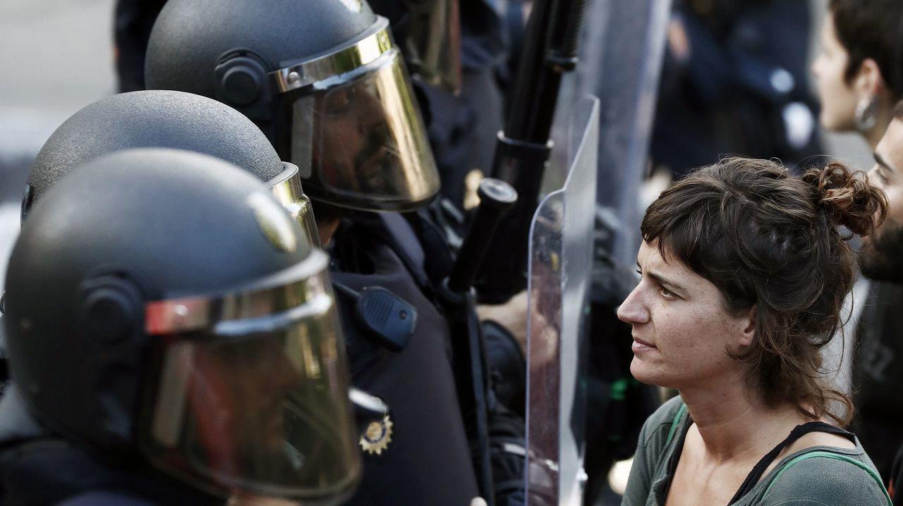 .Efectivos de la Policía Foral disuelven una concentración durante el desalojo del Palacio del Marqués de Rozalejo, gestionado por un movimiento okupa desde 2017. El dispositivo se ha saldado con 22 personas identificadas y cargas policiales en la zona
