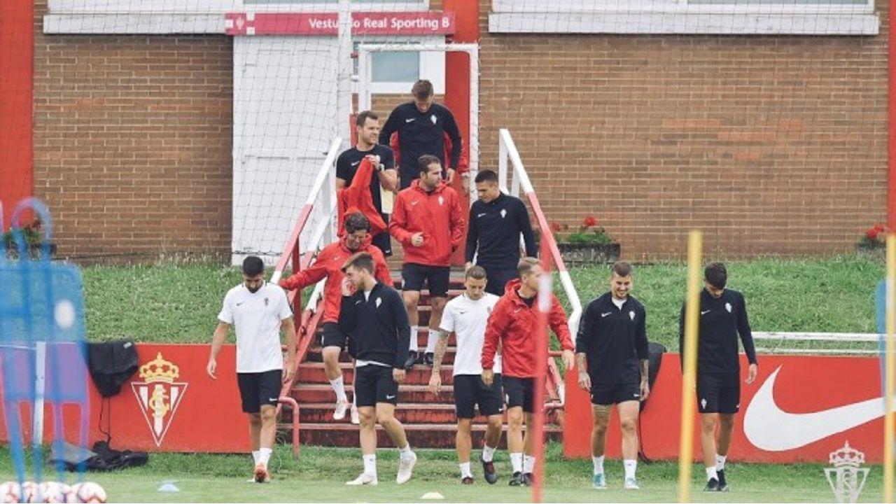 Plantilla del Sporting saltan al césped de Mare en un entrenamiento de temporada. Imagen Real Sporting