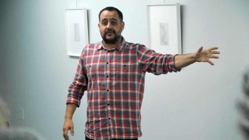 Iván Merayo na presentación da exposición «Je ne baise plus» na galería Sargadelos de Monforte, nunha imaxe de arquivo
