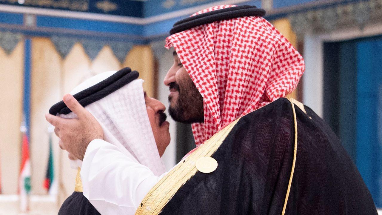 El principe Mohamed bin Salman besa al rey de Baréin al inicio de la cumbre del Consejo de Cooperación del Golfo (GCC) en La Meca