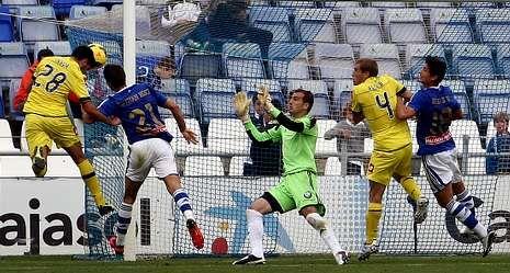 El lapsus de Hulk.Instante en el que Pablo Insua se anticipa a Ruymán para rematar de cabeza y marcar el gol de la victoria del Dépor en el Nuevo Colombino.