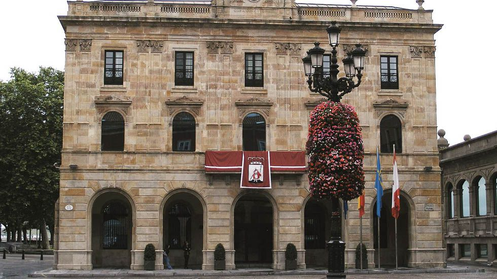 pobreza infantil, niños, malos tratos.La fachada del ayuntamiento de Gijón.