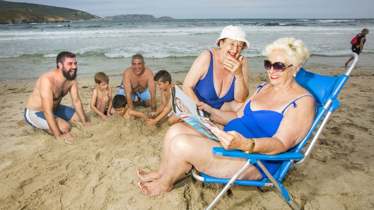 Un grupo de británicos paga 100 euros a un sintecho en una despedida de soltero por tatuarse la frente.Playa de Benidorm