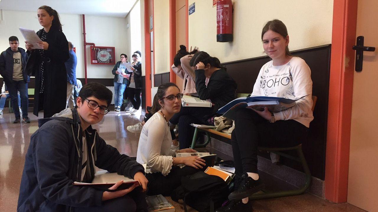 .Daniel, Alejandra y Cristina. del IES Fraga do Eume, en el descanso de la mañana, aprovechando para estudiar Historia de España