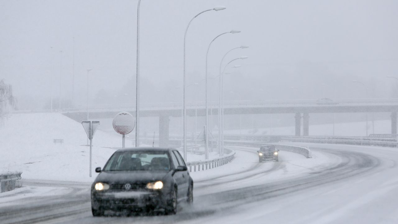 .La nieve dificulta la circulación por la autovía A-6 en el entorno de los accesos a la carretera de A Fonsagrada.