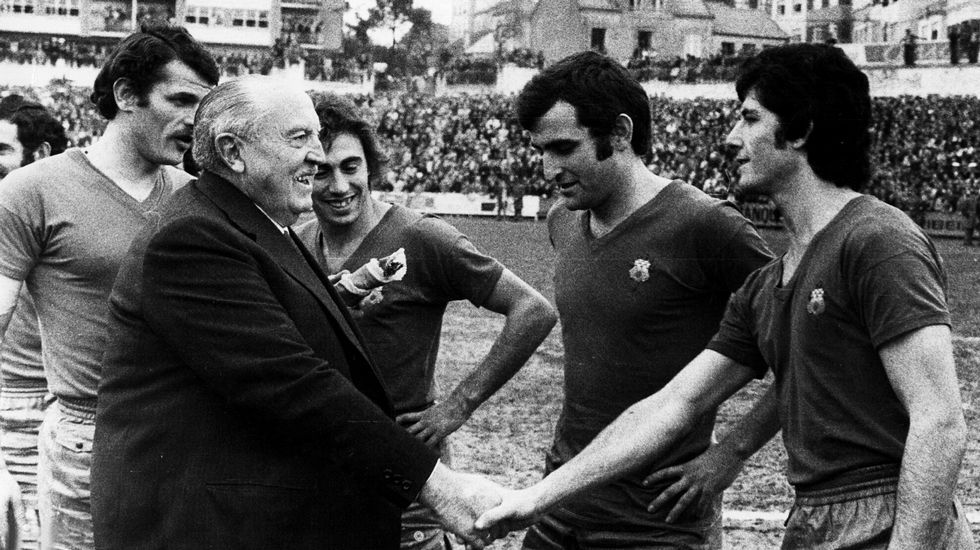 Santiago Bernabéu, durante los saludos en presencia de Arturo Otero, el capitán del Racing de Ferrol