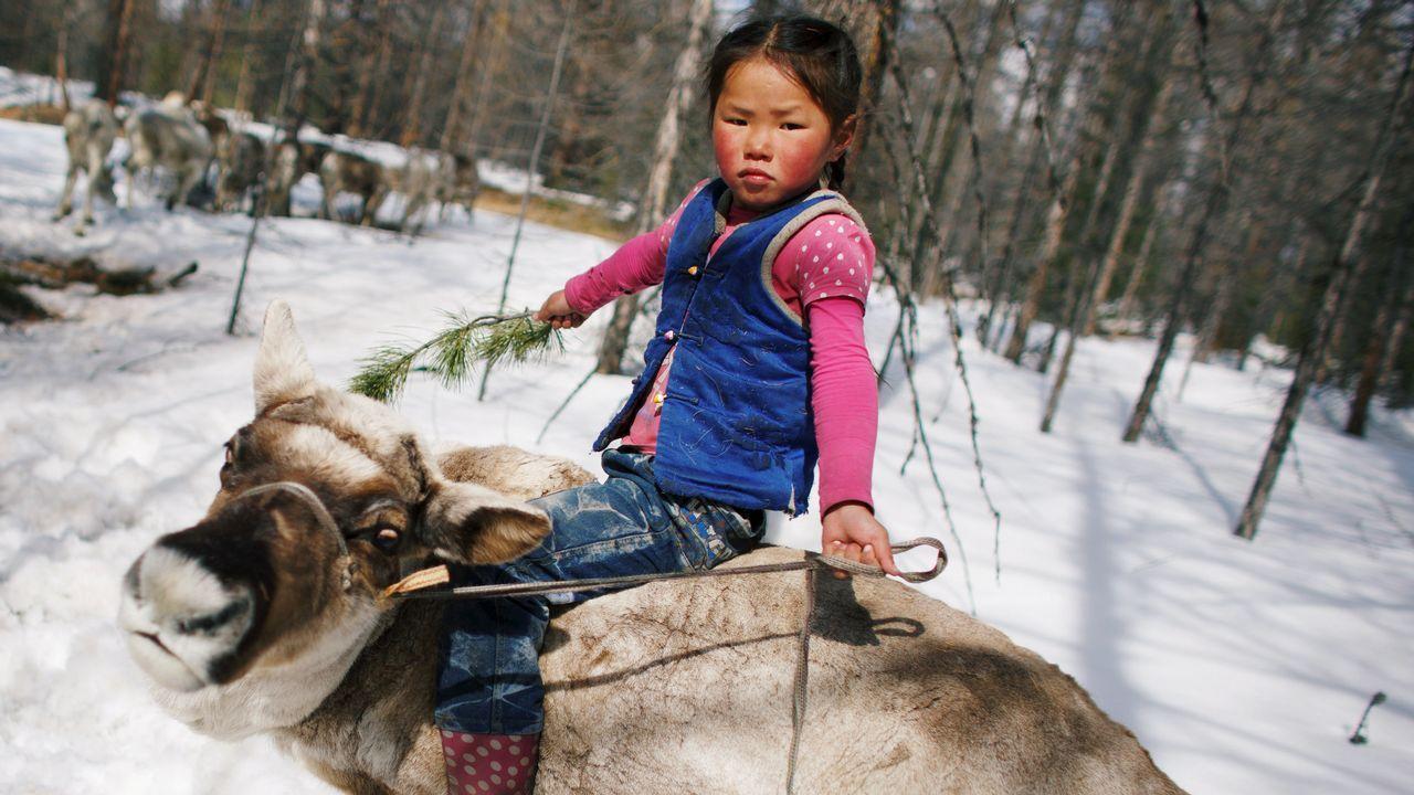 .Una niña de seis años monta un reino en la localidad de Tsagaannuur, en Mongolia
