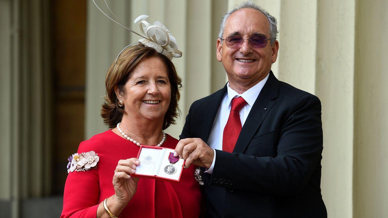 La reina Isabel II condecora al «héroe del monopatín»