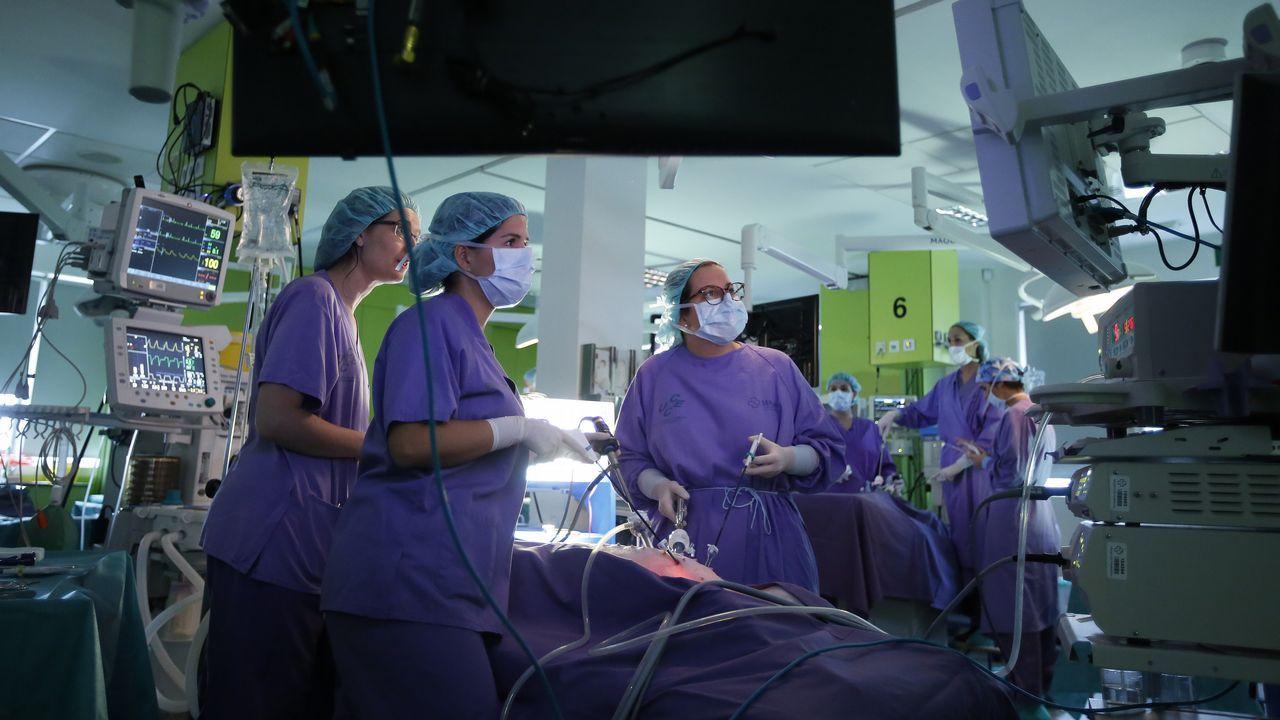 A Coruña quiere convertirse en la capital de la cirugía en el 2021.Ovidio Rodeiro, delegado territorial de la Xunta en A Coruña, vacunándose de la gripe