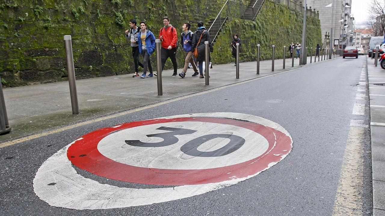 DGT: «Ante un accidente o avería hay evidencias de que es mejor permanecer en el vehículo con el cinturón puesto».Calle de Pontevedra con la velocidad limitada a 30