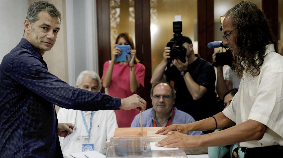 El cabeza de lista de Ciudadanos al Congreso por Valencia, Toni Cantó, ejerciendo su derecho al voto