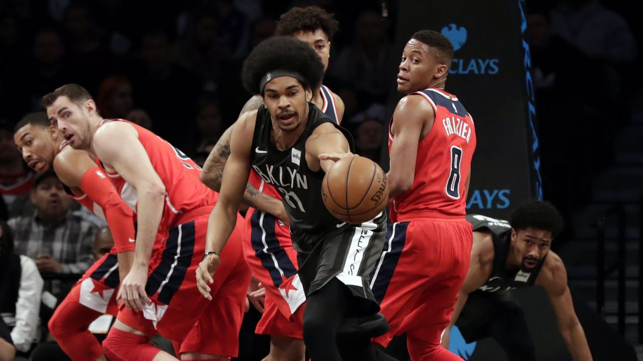 Jarrett allen de Brooklyn  Nets pierde un balón durante un partido de la NBA
