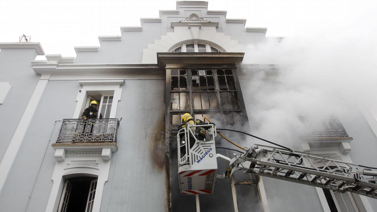 El fuego devora un edificio en Ferrol.