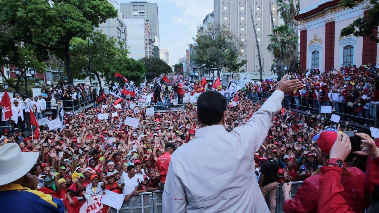 Los seguidores del chavismo marcharon el sabado hasta el palacio presidencial de Miraflores en Caracas donde fueron recibidos por Maduro