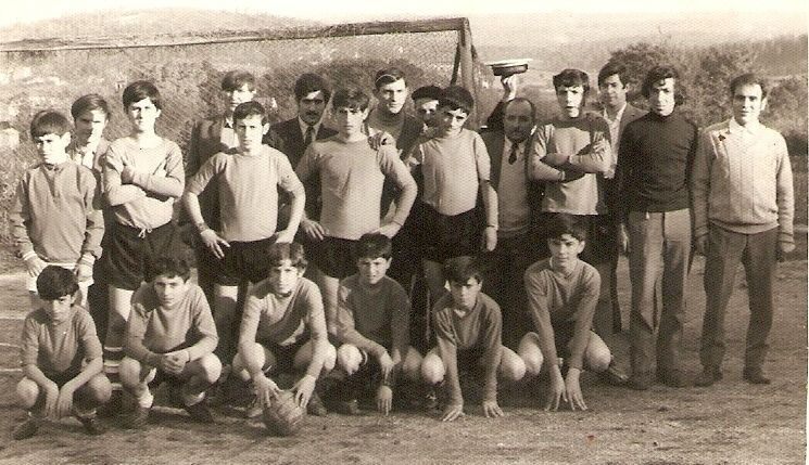 Xogadores e directivos do Sp. Zas no ano 1971 formando o club Calor HD. <span lang= es-es >foto</span><span lang= es-es > cedida por miñones «coco»</span>