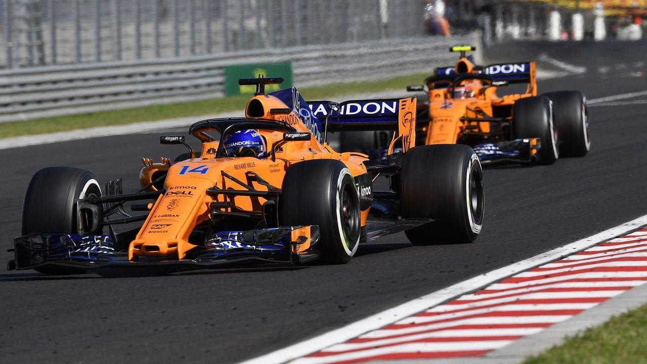 .El piloto asturiano Fernando Alonso (I) de McLaren y su compañero de equipo Stoffel Vandoorne en acción durante during el Gran Prix de Hungaroring