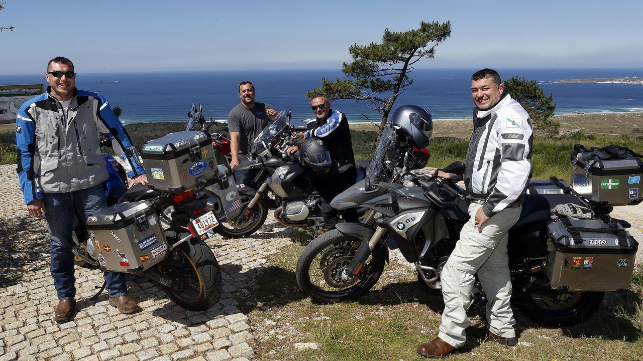 Cuatroribeirenses que viven en Washington llegaron en moto hasta Ribeira.Juan Carlos Gutiérrez-Marco colabora como asesor científico en cuatro geoparques de la Unesco