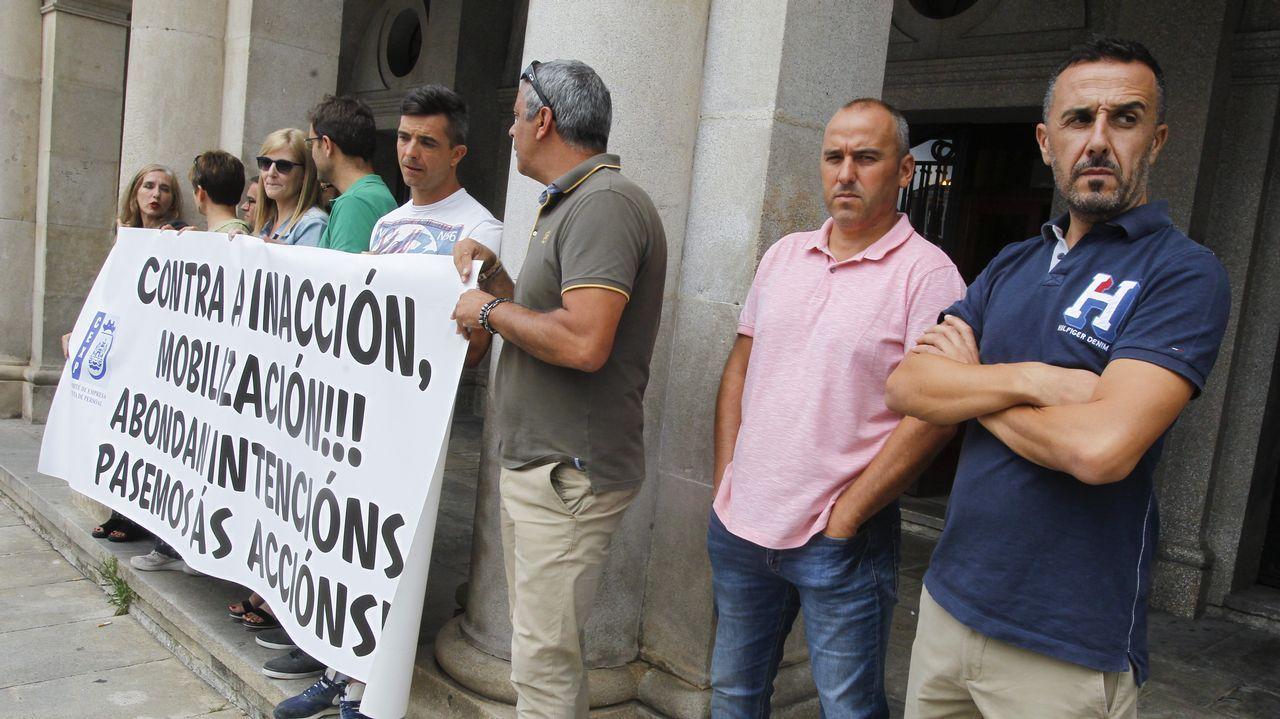 Abuelo, mano, anciano.Isabel Álvarez, de azul, en el centro de la imagen, durante una concentración de la plataforma de afectados de iDental en Gijón