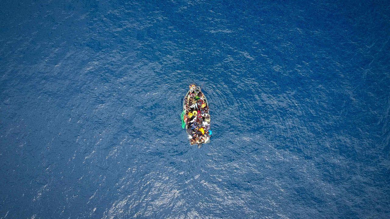 Un bote cargado de personas cruza el Estrecho de Gibraltar