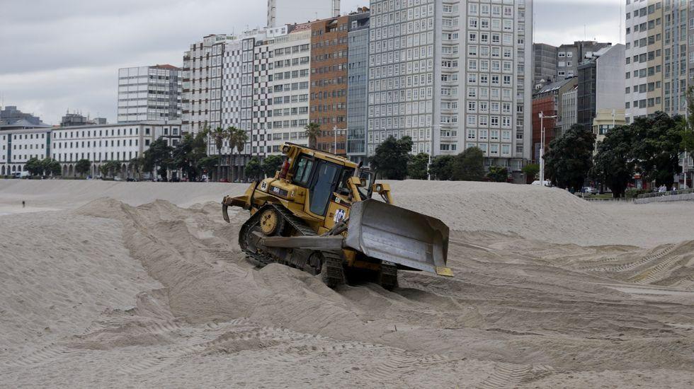 Máquina quitando la duna de la playa de Riazor