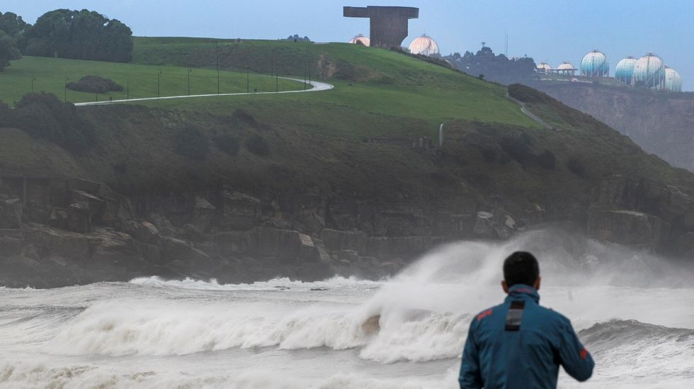 El temporal ha provocado un fuerte oleaje en Gijón