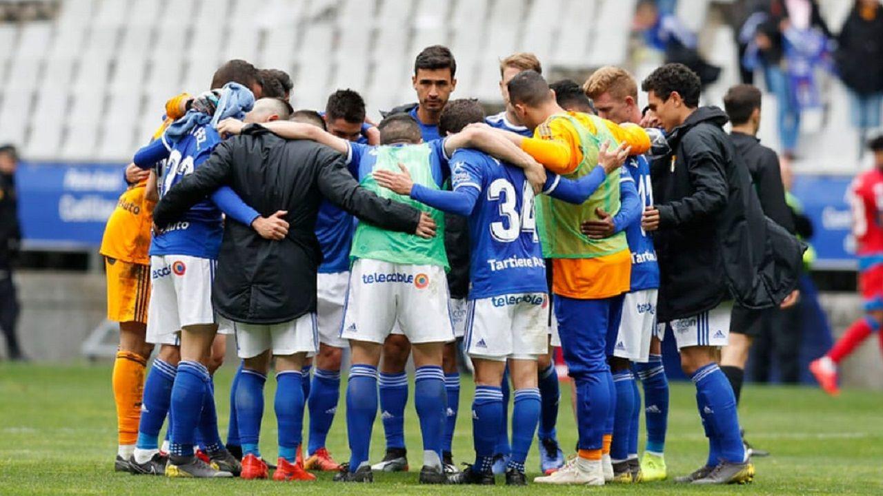 Perfil de Fernando Tejada.Los jugadores del Oviedo al final del partido ante el Numancia
