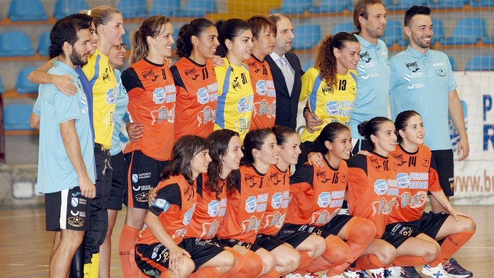 La plantilla y el cuerpo técnico del Burela FSF posaron para La Voz durante su último entrenamiento en Vista Alegre antes de la ida de la Supercopa de España.