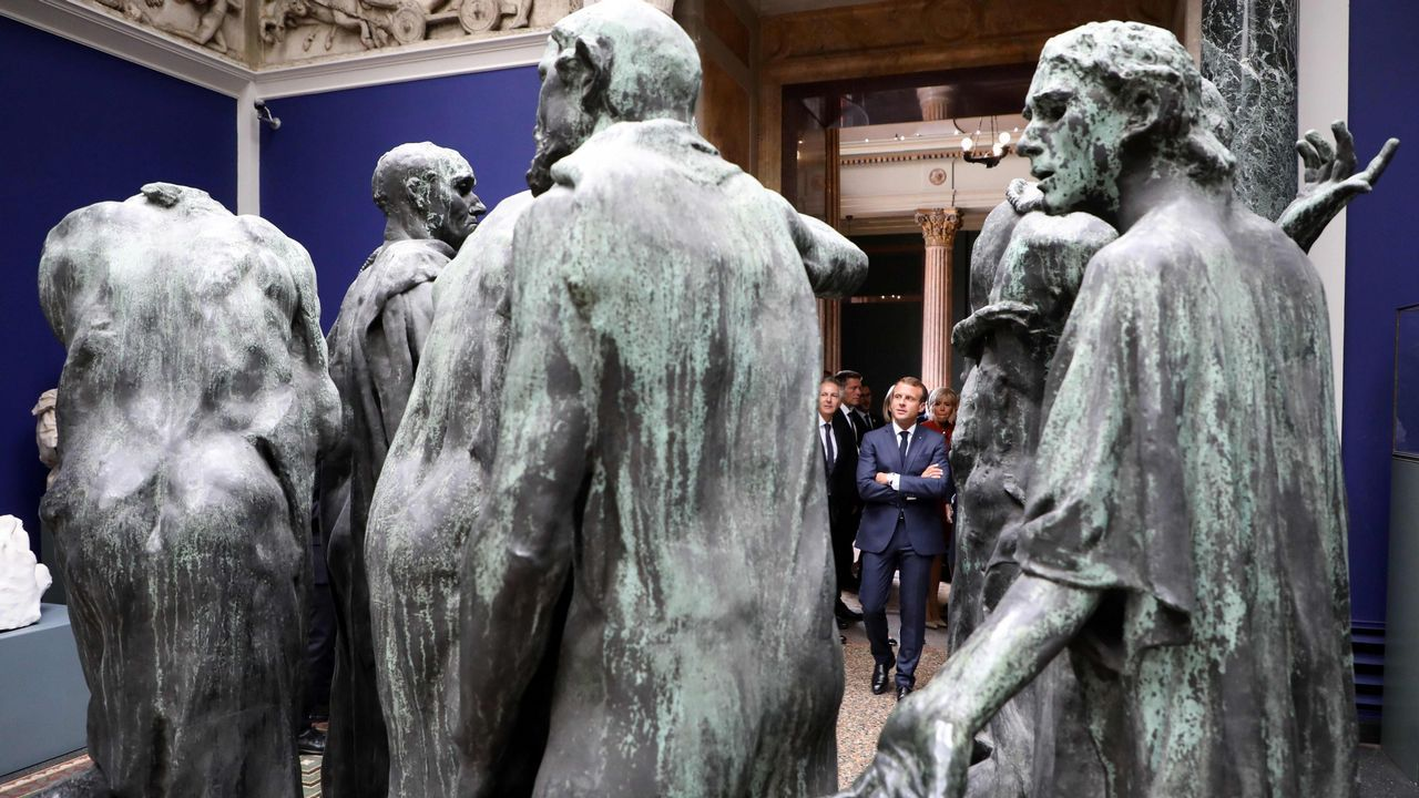 El presidente de Francia Emmanuel Macron visita unas esculturas de bronce en Calais