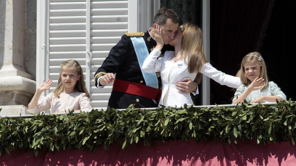 Los reyes y sus hijas, esquiando en Astún.Los reyes en el balcón del Palacio Real el día de su proclamación como monarcas, en junio del 2014