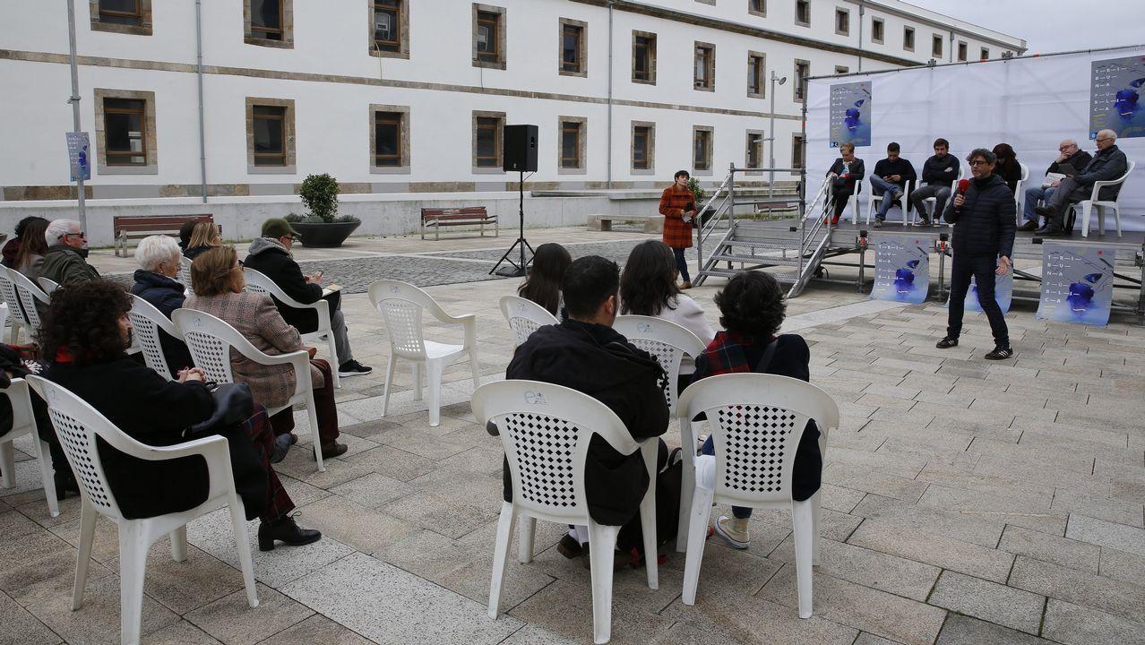 Tribuna Pública. Fue inaugurada el 8 de diciembre en la plaza de Tabacos. El Ayuntamiento invirtió en esa actividad 150.000 euros, aunque fue contratada a través de la Fundación Luis Seoane. En febrero se expusieron en ese espacio los proyectos ganadores del concurso sobre el borde litoral.