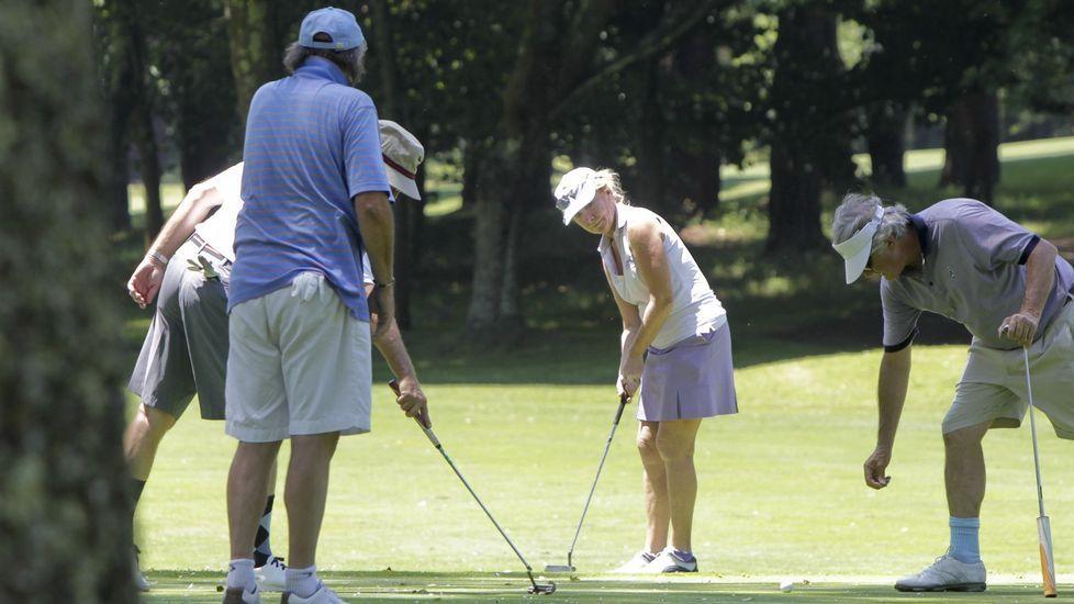 Esperanza Aguirre jugando al golf en A Zapateira.