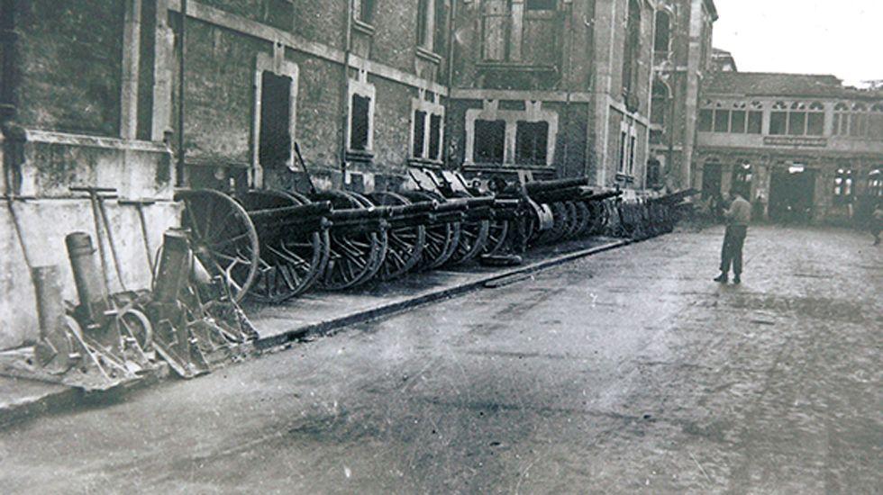 Material de guerra arrebatado al ejército republicano; paseo central del Hospital Provincial de Oviedo. Octubre de 1937