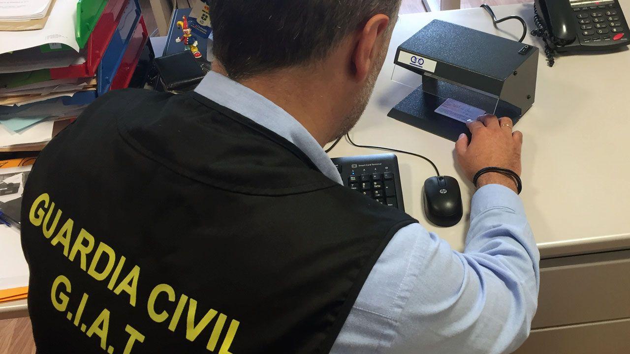 Un Guardia Civil comprueba un DNI