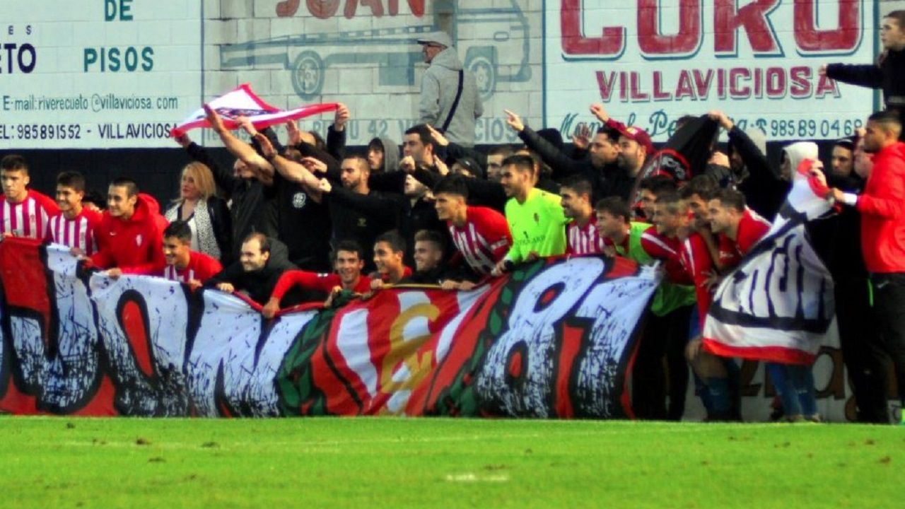 Jugadores del Sporting B posan con Ultras