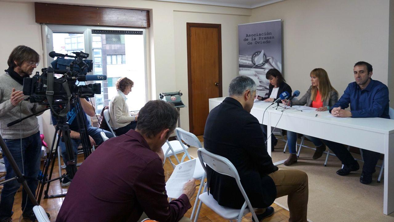 .Blanca Gutiérrez, Lucía, Fraga y Ceferino Vallina, en la Casa de la Prensa, la nueva sede que comparten la Asociación de la Prensa de Oviedo y el Colegio Profesional de Periodistas de Asturias