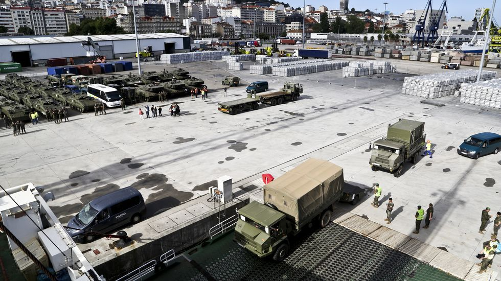 Embarcan en Vigo una veintena de tanques y cientos de toneladas de material militar destino Letonia.Leones enjaulados en un circo