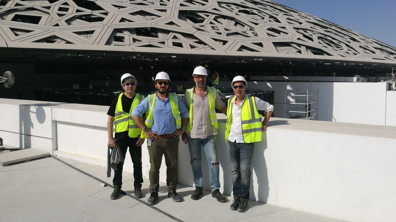 Daniel Suárez, segundo por la izquierda, durante las obras del Louvre Abu Dhabi