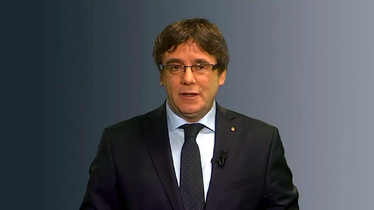 Puigdemont: «No hay ningún otro candidato alternativo».Ernest Maragall se abraza a Roger Torrent tras la elección del segundo como presidente del Parlament
