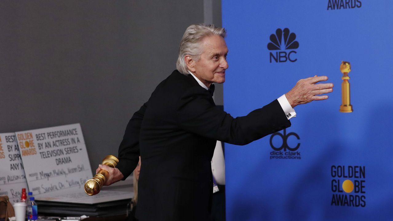 El toque dorado de los Globos de Oro.Michael Douglas posa con su Globo de Oor por el «Método Kominsky»