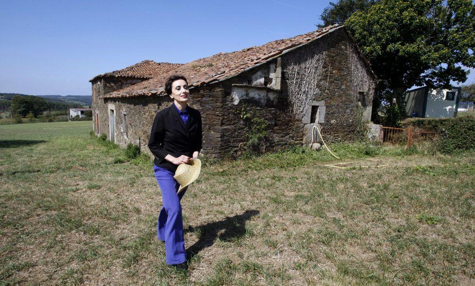 .La artista Luz Casal junto a una de las propiedades de su familia en la primera edición.