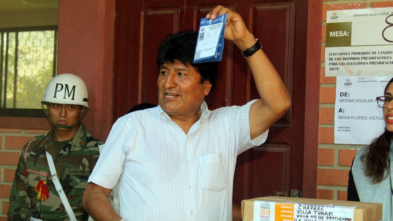 Evo Morales muestra su papeleta durante la votación en las primarias celebradas en enero de cara a las elecciones de octubre en el país