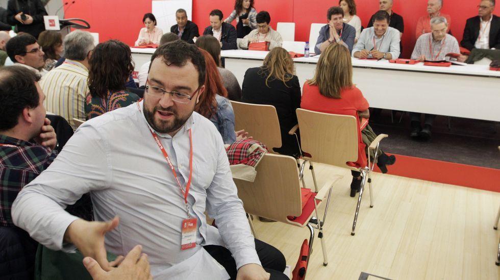 .El alcalde de Laviana, Adrián Barbón, miembro del Comité Federal del PSOE y uno de los defensores de las tesis de Pedro Sánchez, saluda a un simpatizante al inicio del Congreso extraordinario de la Federación Socialista Asturiana