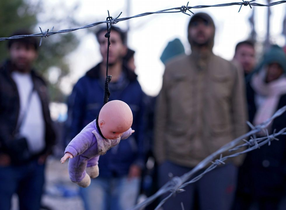 .<span lang= es-es >Macedonia levanta una valla</span>. Los refugiados protestaron ayer por la valla que el ejército de Macedonia comenzó a levantar en la frontera con Grecia para filtrar la entrada.