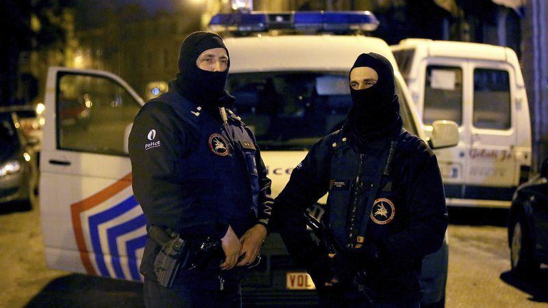 Operación a gran escala contra el terrorismo islamista en Bélgica.El fotógrafo Asif Hassan se lleva la mano al pecho tras ser alcanzado por una bala