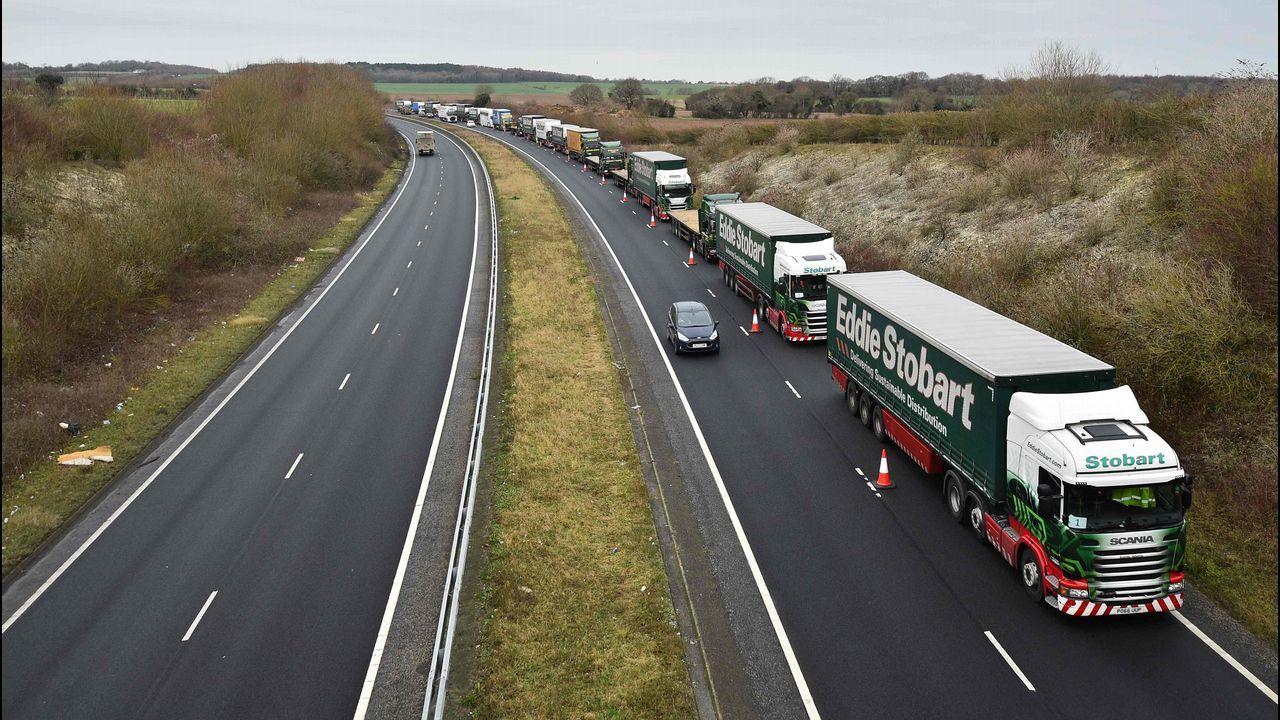 Colapso en el Canal. Más de un centenar de camiones quisieron poner a prueba el dispositivo de tráfico en la frontera de Dover, el principal puerto de entrada al país, en caso de que se produzca el «brexit» sin acuerdo. El resultado fue un monumental atasco en los alrededores del puerto