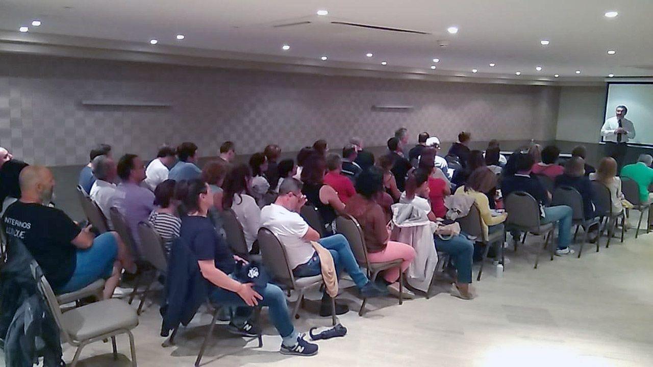 Interinos en la reunión de la Asociación Nacional de Interinos y Laborales (Anil), con Manuel Martos en el uso de la palabra