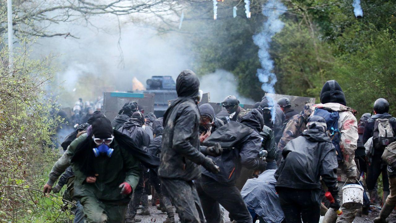 Activistas se enfrentan a la policía durante el desalojo de un campamento en la zona conocida como ZAD (Zona de Ordenación diferida, en lenguaje oficial, Zona por Defender, en lenguaje de los oponentes) en Notre Dame des Landes, una zona de praderas y marismas en la que 16.000 hectáreas debían transformarse en un nuevo aeropuerto para Nantes (Francia). Pese a que el actual Ejecutivo presidido por Emmanuel Macron anunció en enero pasado que renunciaba a esa gran infraestructura, los militantes decidieron mantener su estancia para asegurarse de que los terrenos, que ya habían sido expropiados, sean utilizados con fines ecológicos