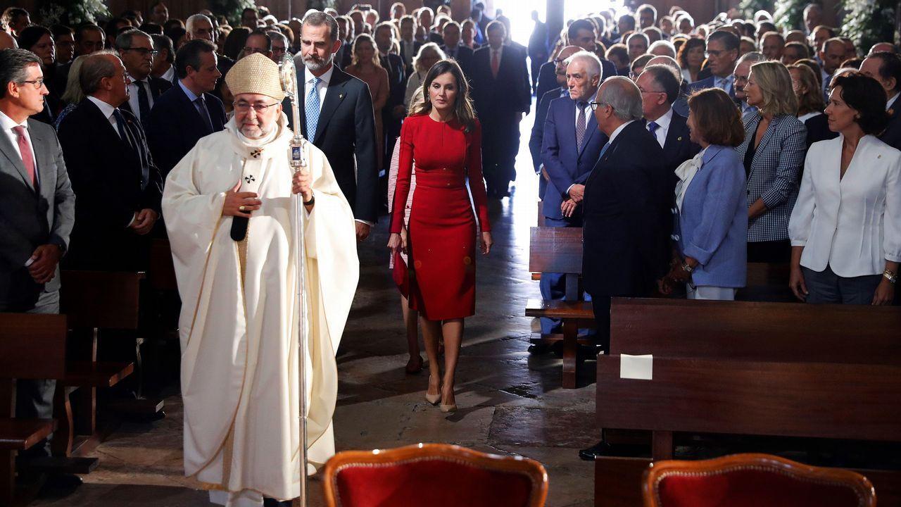 Los reyes Felipe y Letizia a su llegada a la Basílica de Covadonga para una misa solemne oficiada por el arzobispo de Oviedo para conmemorar el primer Centenario de la Coronación de la Virgen de Covadonga