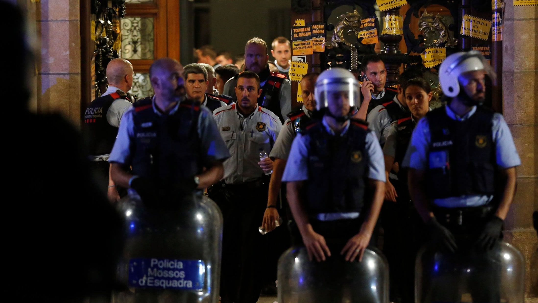 Los 18 procesados.Los Mossos ante el Parlamento Catalán durante la jornada del referendo ilegal del 1-O